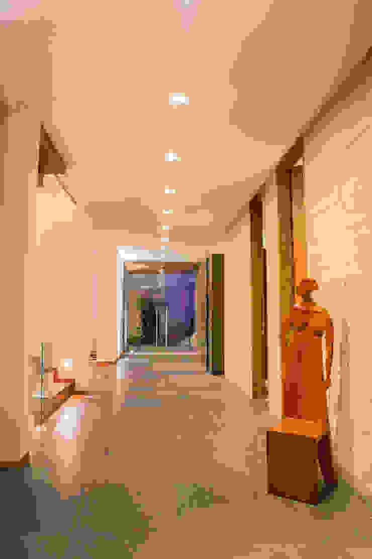 Calidez en el recorrido Pasillos, vestíbulos y escaleras de estilo moderno de DLPS Arquitectos Moderno
