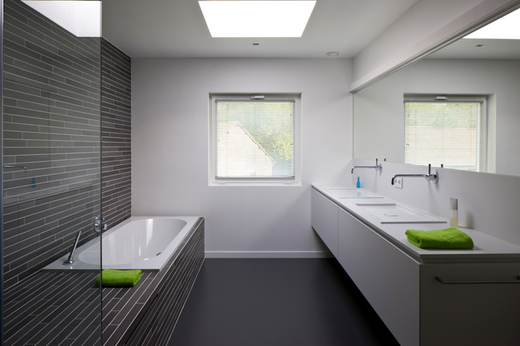 House WR Minimalistische badkamers van Niko Wauters architecten bvba Minimalistisch