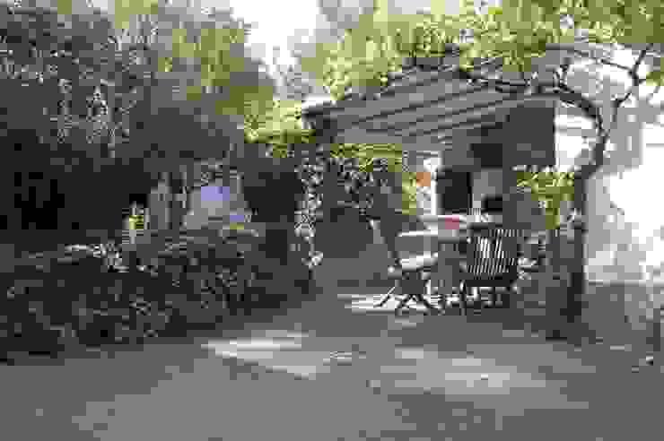 Terrasse mit gemauertem Grill und Backofen nach dem Home Staging von Immotionelles