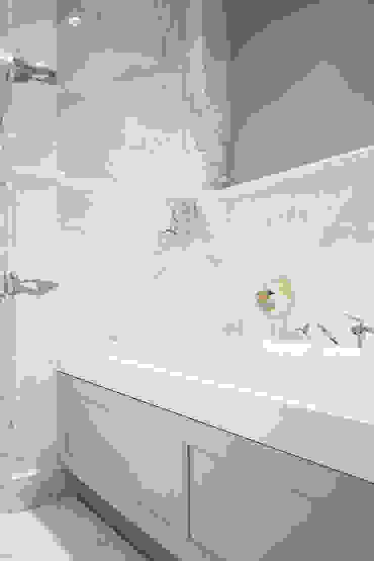 Szaro biały apartament na Powiślu Klasyczna łazienka od Katarzyna Kraszewska Architektura Wnętrz Klasyczny