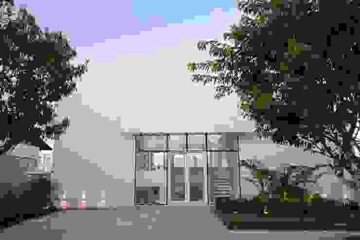 Casas de estilo minimalista de arqMULTI Minimalista