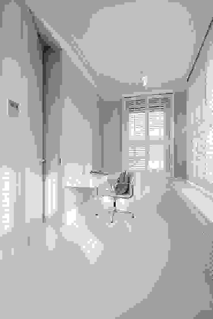 Mieszkanie dwopoziomowe Eko Park Klasyczne domowe biuro i gabinet od Katarzyna Kraszewska Architektura Wnętrz Klasyczny