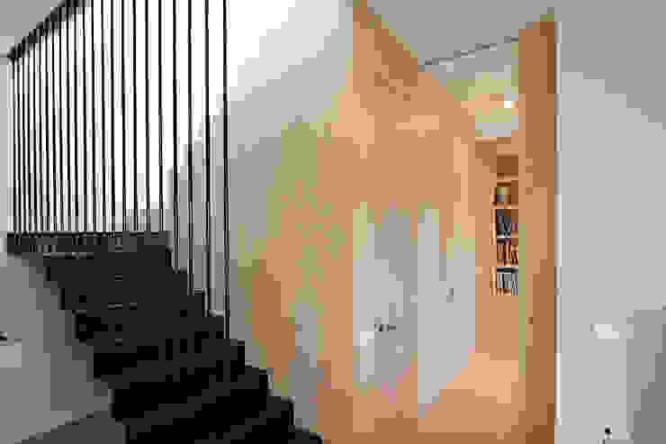 Mieszkanie dwopoziomowe Eko Park Klasyczny korytarz, przedpokój i schody od Katarzyna Kraszewska Architektura Wnętrz Klasyczny