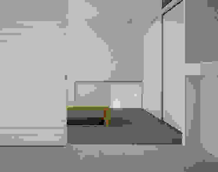 苦楽園二番町の家Ⅰ モダンデザインの 多目的室 の 株式会社 小林恒建築研究所 モダン