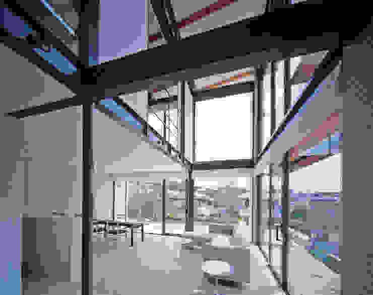 Moderne woonkamers van 株式会社 小林恒建築研究所 Modern