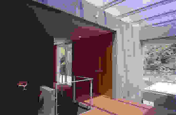 平井山荘の家: 株式会社  小林恒建築研究所が手掛けた廊下 & 玄関です。,モダン