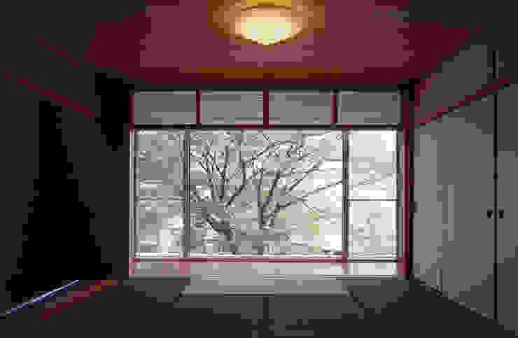 平井山荘の家: 株式会社  小林恒建築研究所が手掛けた和室です。,和風