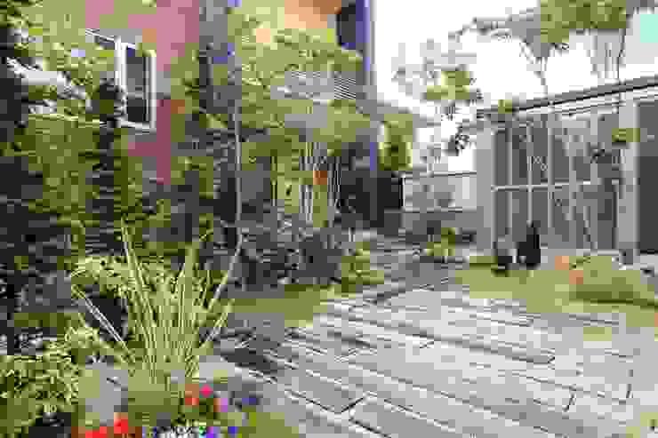 枕木木の庭 - 写真01: 平山庭店が手掛けた折衷的なです。,オリジナル