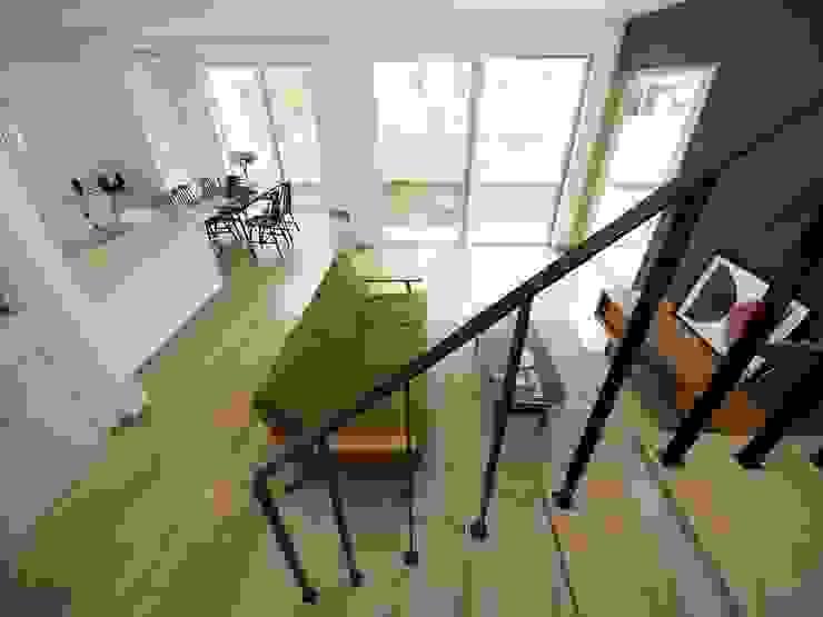 『 デザイナーズハウス な すまい 』 モダンスタイルの 玄関&廊下&階段 の Live Sumai - アズ・コンストラクション - モダン 鉄/鋼
