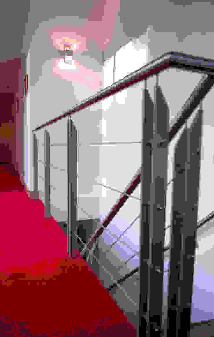 Bosvilla Moderne gangen, hallen & trappenhuizen van ir. G. van der Veen Architect BNA Modern