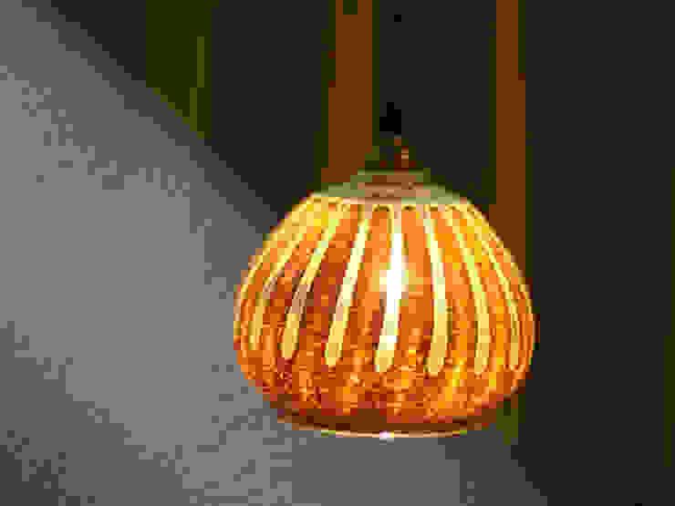 ren ランプシェード: ヒロイグラススタジオが手掛けた現代のです。,モダン