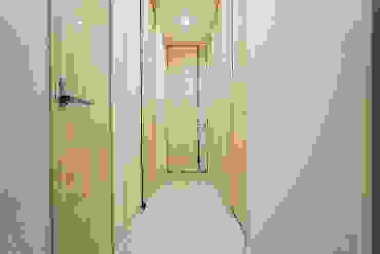 ホール モダンスタイルの 玄関&廊下&階段 の QUALIA モダン