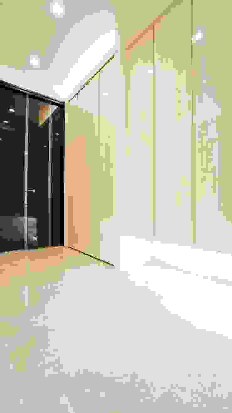 玄関 モダンスタイルの 玄関&廊下&階段 の QUALIA モダン