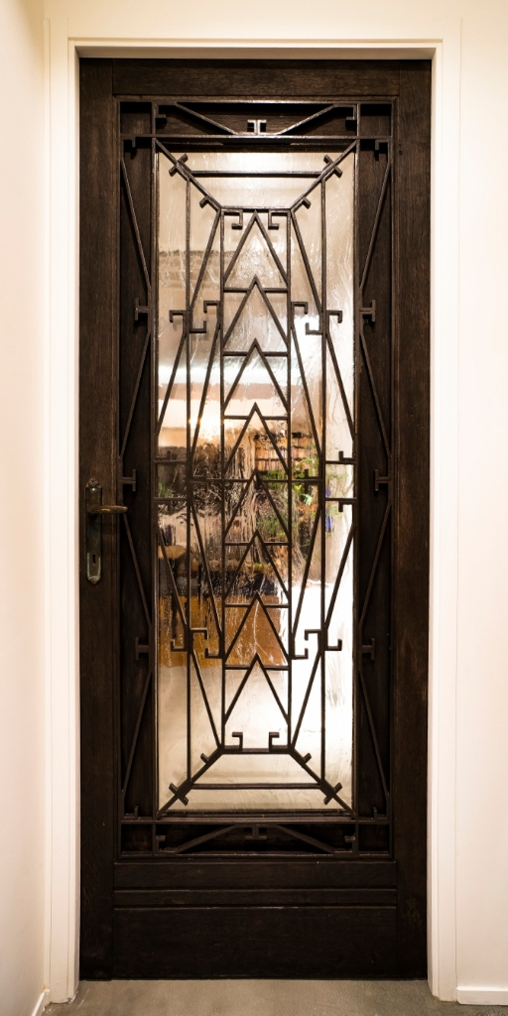 リビングアンティークドア クラシックデザインの リビング の QUALIA クラシック