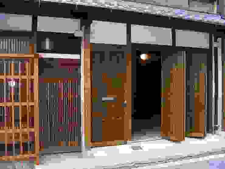 格子入り板戸の玄関戸 クラシカルな 窓&ドア の 有限会社種村建具木工所 クラシック