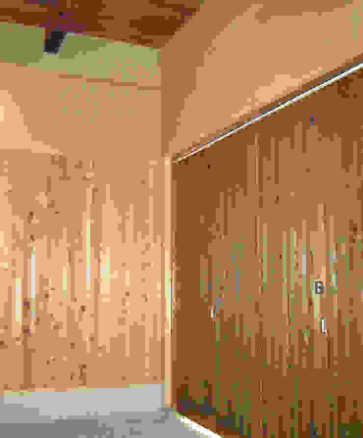 玄関戸の内部 駐車スペース クラシカルな 窓&ドア の 有限会社種村建具木工所 クラシック
