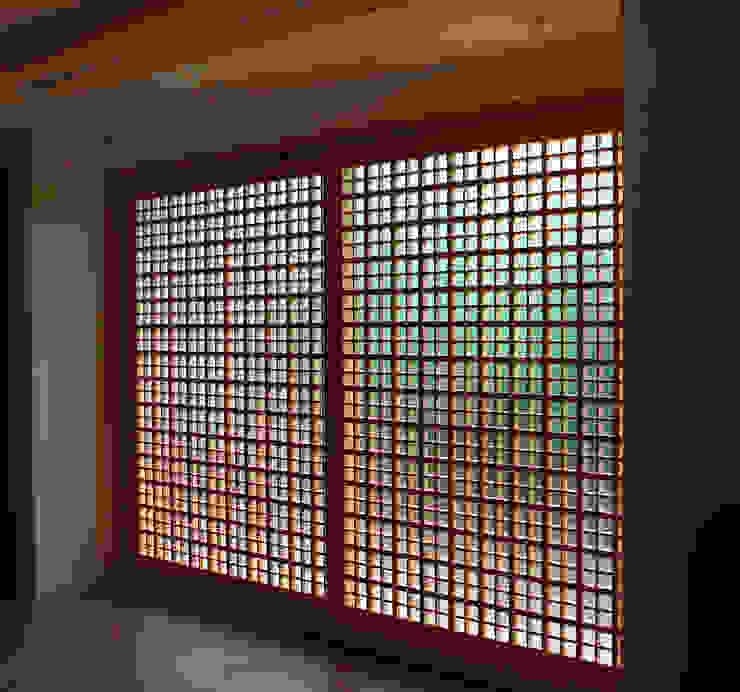 Cửa sổ & cửa ra vào phong cách kinh điển bởi 有限会社種村建具木工所 Kinh điển