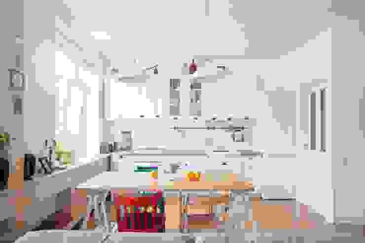 Дизайн квартиры в скандинавском стиле Кухня в скандинавском стиле от Mebius Group Скандинавский