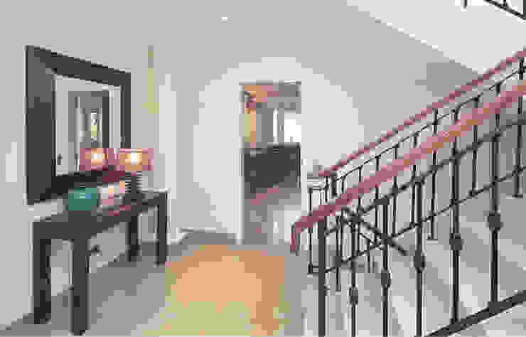 Traditional Portuguese Holiday Home designSTUDIO - Lopes da Silva 經典風格的走廊,走廊和樓梯
