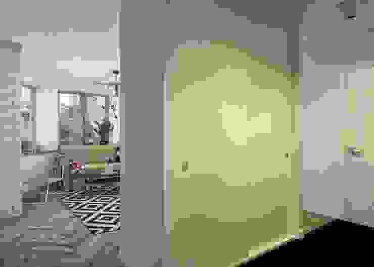 Проект апартаментов для молодой пары с ребенком Коридор, прихожая и лестница в скандинавском стиле от Mebius Group Скандинавский