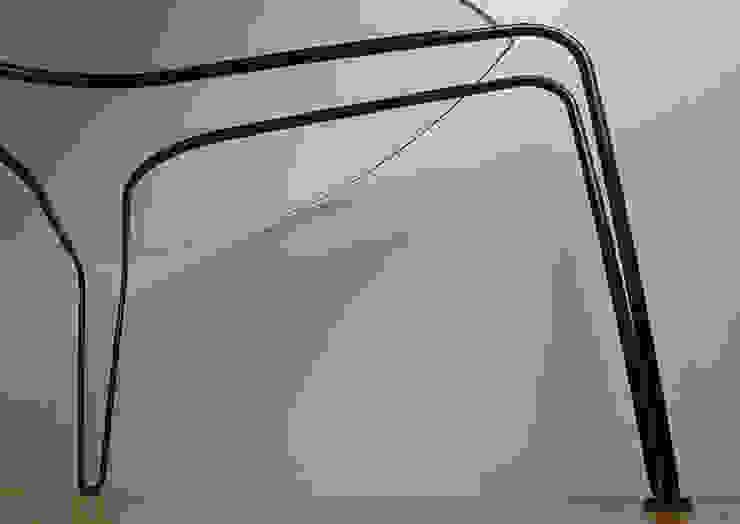 ストリング・テーブル: 工藤智央建築研究所が手掛けた現代のです。,モダン 鉄/鋼
