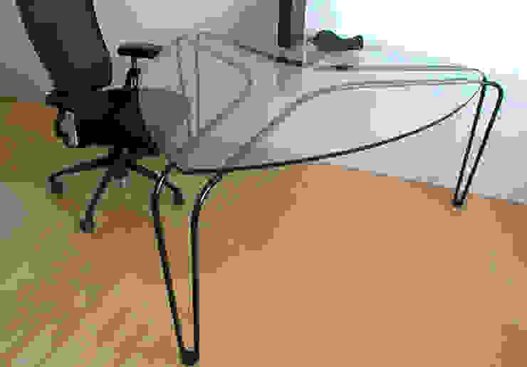 ストリング・テーブル: 工藤智央建築研究所が手掛けた現代のです。,モダン 無垢材 多色