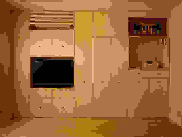 Livings de estilo moderno de 株式会社相田土居設計 Moderno