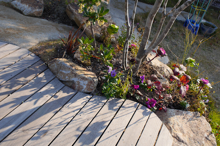 ハウスbetweenデッキの庭 - 写真02: 平山庭店が手掛けた折衷的なです。,オリジナル