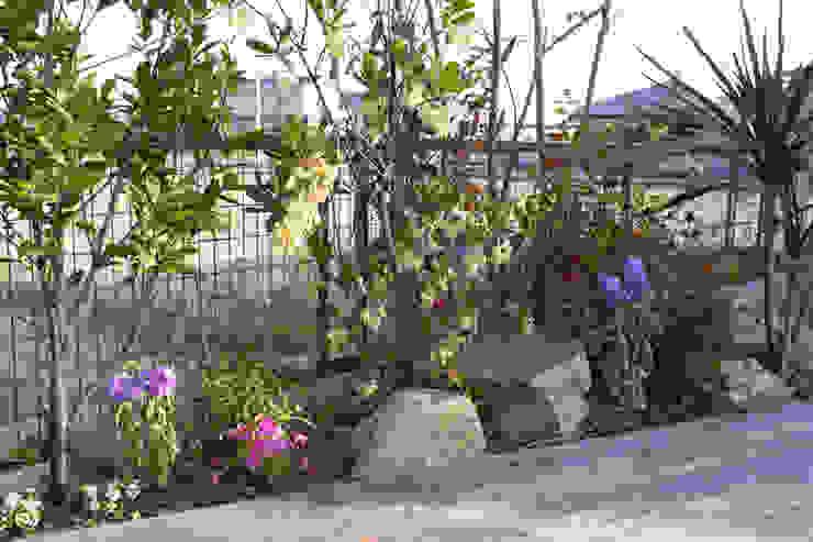 ハウスbetweenデッキの庭 - 写真04: 平山庭店が手掛けた折衷的なです。,オリジナル