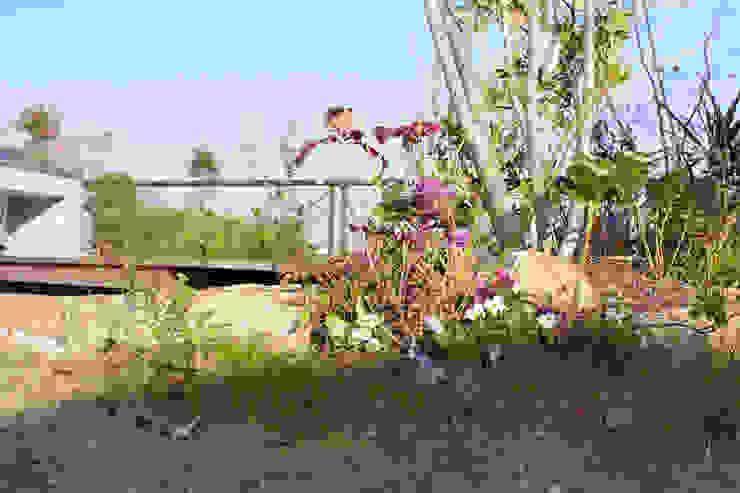 ハウスbetweenデッキの庭 - 写真05: 平山庭店が手掛けた折衷的なです。,オリジナル