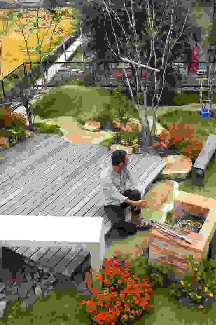 ハウスbetweenデッキの庭 - 写真09: 平山庭店が手掛けた折衷的なです。,オリジナル