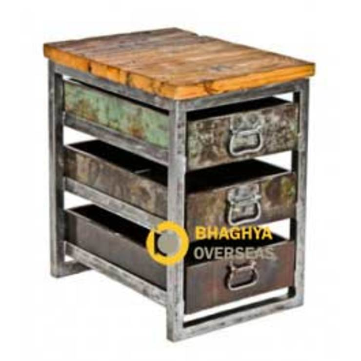 iron and wood industrial storage side table: industrial  by BHAGHYA OVERSEAS,Industrial