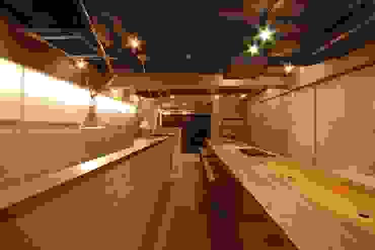 オフィス+キッチン ミニマルデザインの 書斎 の ミズタニ デザイン スタジオ ミニマル エンジニアリングウッド 透明