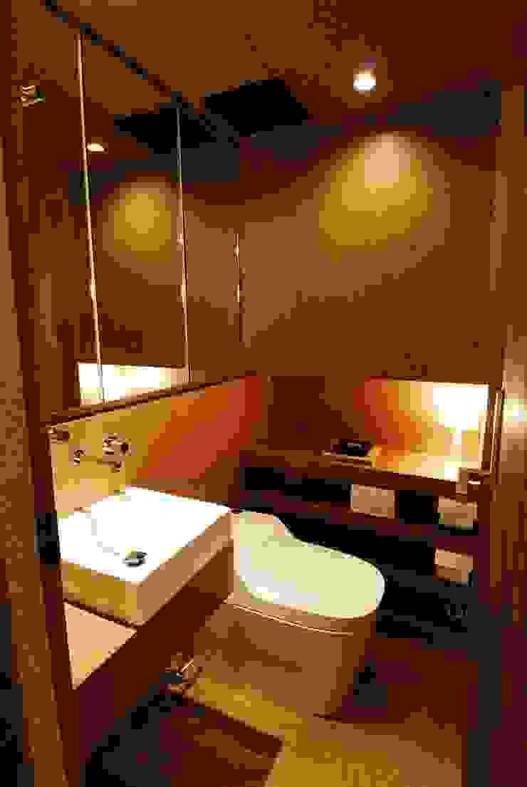 トイレ ミニマルスタイルの お風呂・バスルーム の ミズタニ デザイン スタジオ ミニマル エンジニアリングウッド 透明