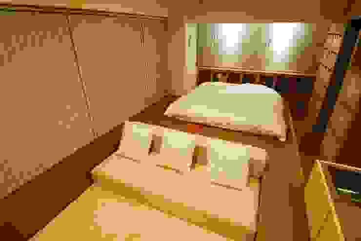 ベッドルーム ミニマルスタイルの 寝室 の ミズタニ デザイン スタジオ ミニマル 綿 赤色