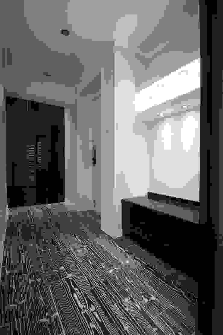 정왕동 32평 블랙&화이트 인테리어 모던스타일 발코니, 베란다 & 테라스 by Old & New Interior 모던