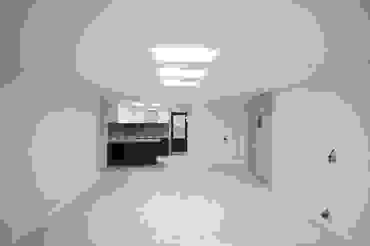정왕동 32평 블랙&화이트 인테리어 모던스타일 거실 by Old & New Interior 모던