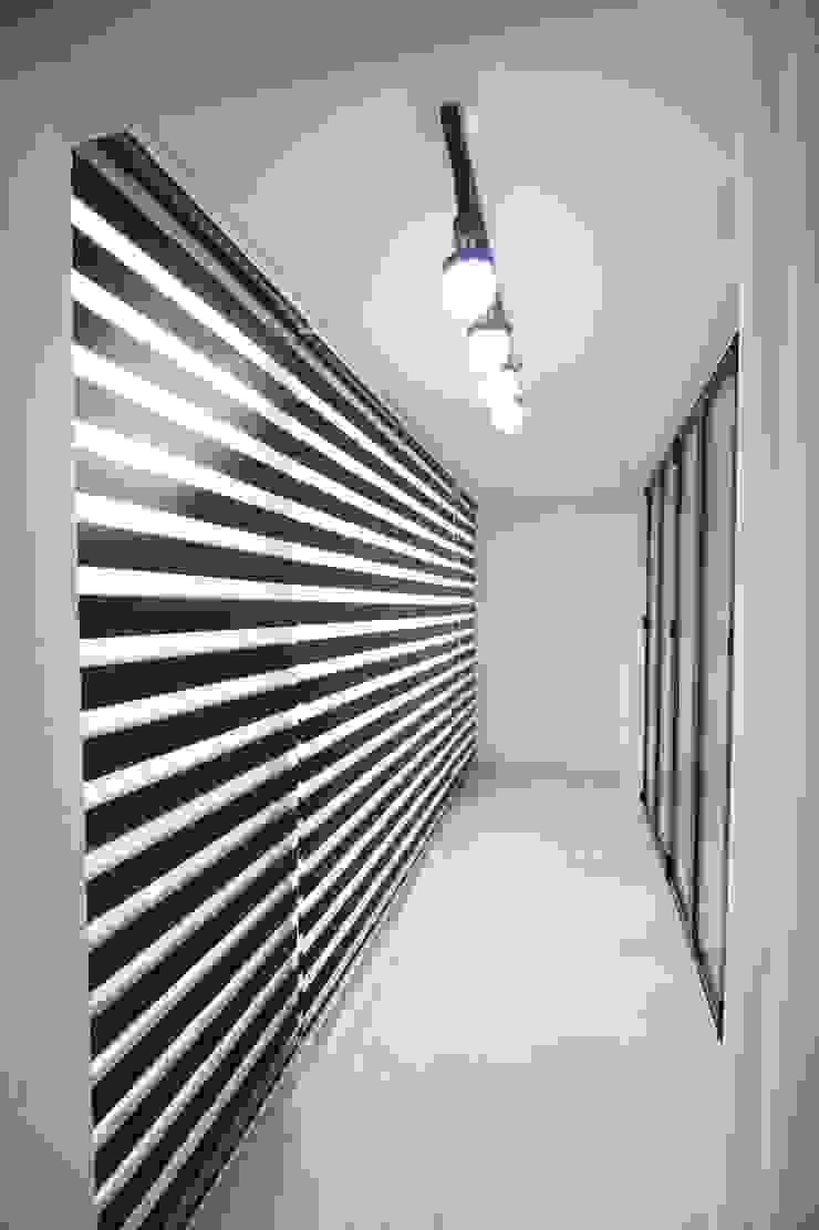 정왕동 32평 블랙&화이트 인테리어 모던스타일 복도, 현관 & 계단 by Old & New Interior 모던