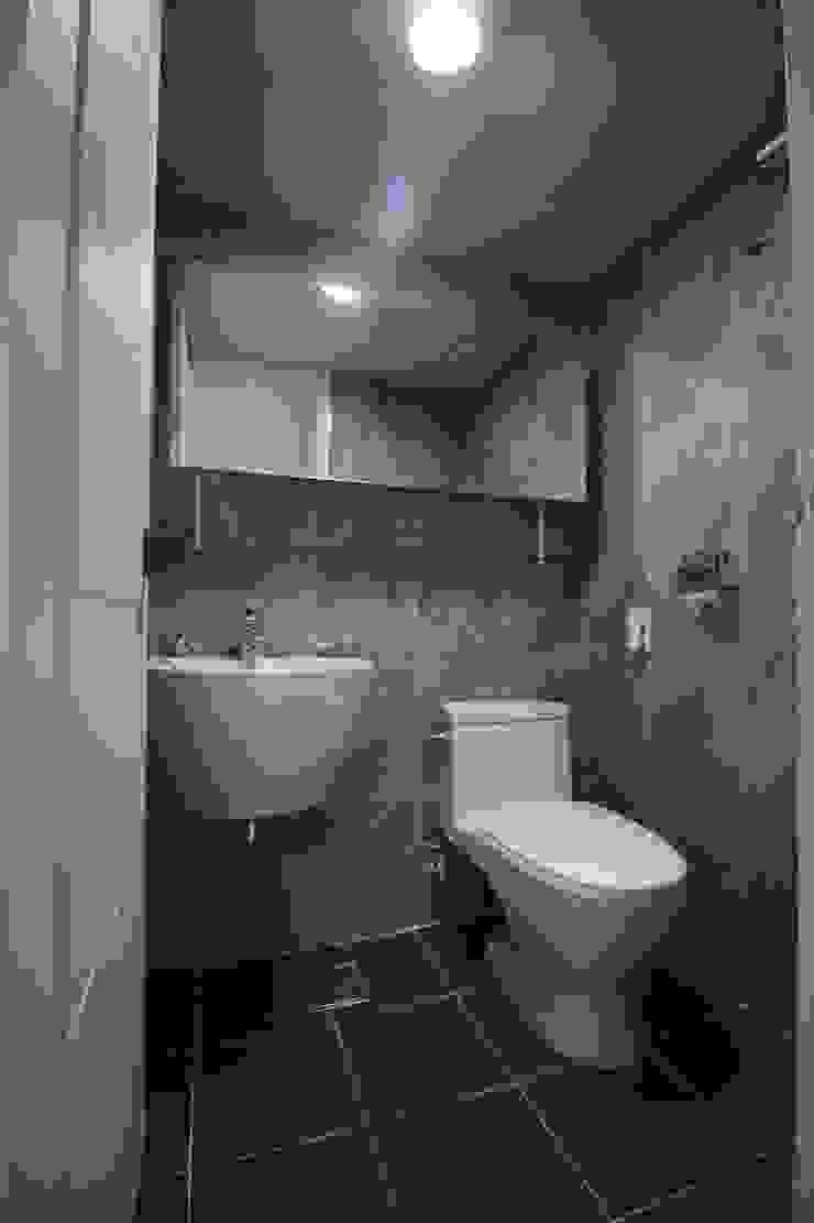 정왕동 32평 블랙&화이트 인테리어 모던스타일 욕실 by Old & New Interior 모던