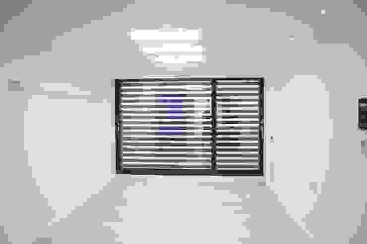 정왕동 한일 아파트 21평 블랙&화이트 인테리어 : Old & New Interior의  거실