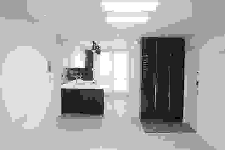 정왕동 한일 아파트 21평 블랙&화이트 인테리어 : Old & New Interior의  다이닝 룸
