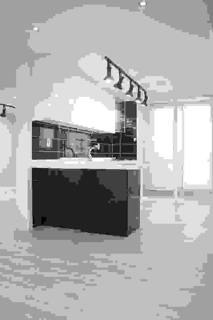 정왕동 한일 아파트 21평 블랙&화이트 인테리어 모던스타일 다이닝 룸 by Old & New Interior 모던
