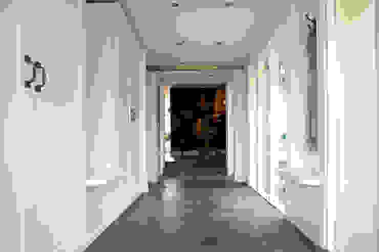 Woonbeton - Cementgebonden gietvloer Moderne gangen, hallen & trappenhuizen van Motion Gietvloeren Modern