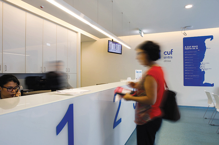 Clínica CUF Sintra – Iluminação a pensar no bem-estar e saúde Hospitais modernos por Aura Light Moderno