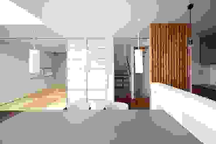 Comedores de estilo moderno de 6th studio / 一級建築士事務所 スタジオロク Moderno