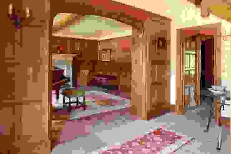 Oak panelled Entrance Hall with Tudor Arch Ingresso, Corridoio & Scale in stile classico di Stuart Interiors Classico Legno massello Variopinto