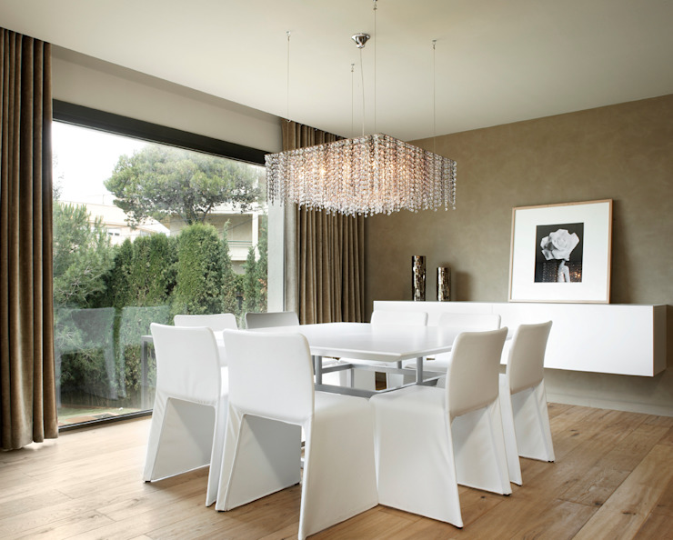 Modern dining room by ruiz narvaiza associats sl Modern