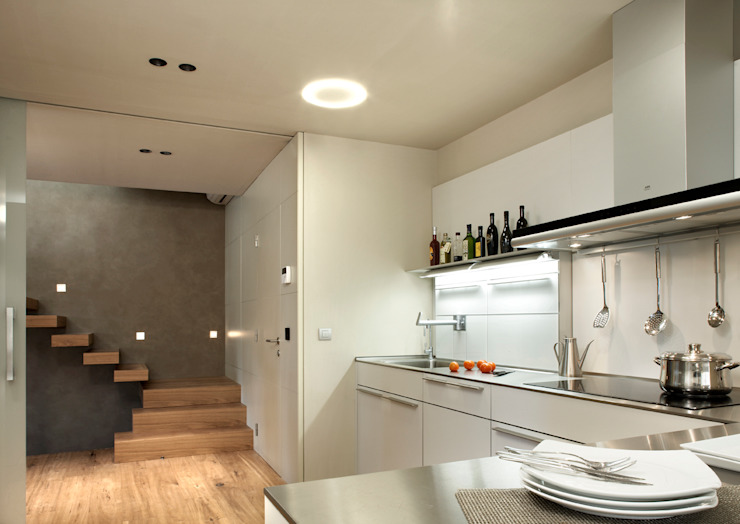 Modern style kitchen by ruiz narvaiza associats sl Modern