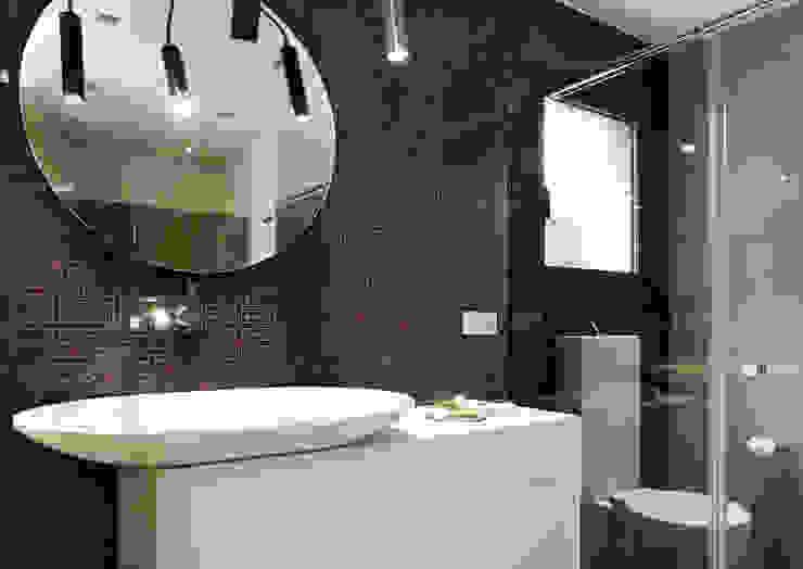 Baños de estilo moderno de ruiz narvaiza associats sl Moderno