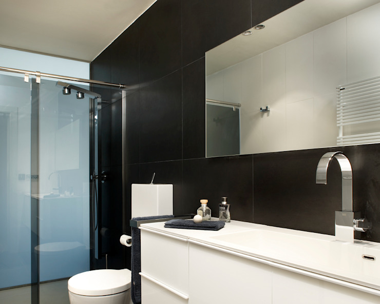 Modern bathroom by ruiz narvaiza associats sl Modern